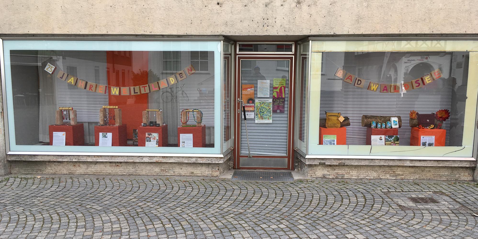 Schaufenster am Rathausplatz zum 25-jährigen Ladenjubiläum